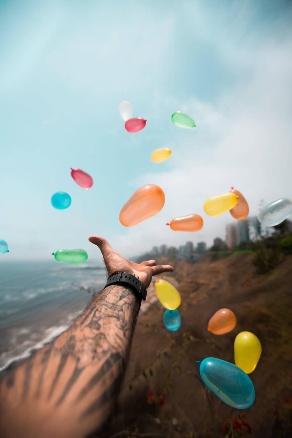 Image of someone throwing water balloons