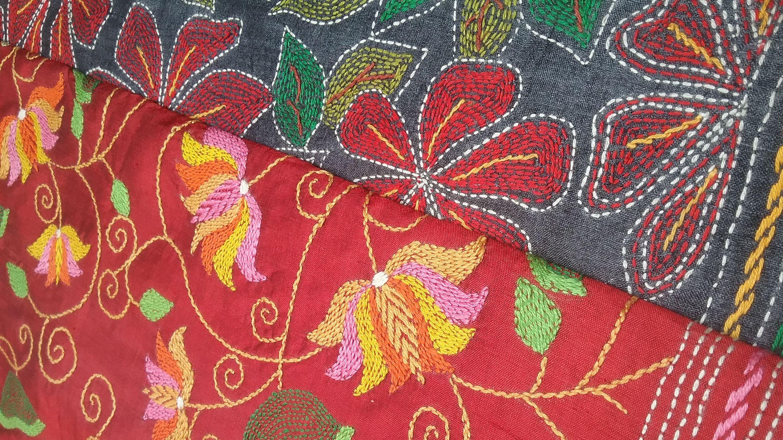 Motifs floraux sur soie rouge