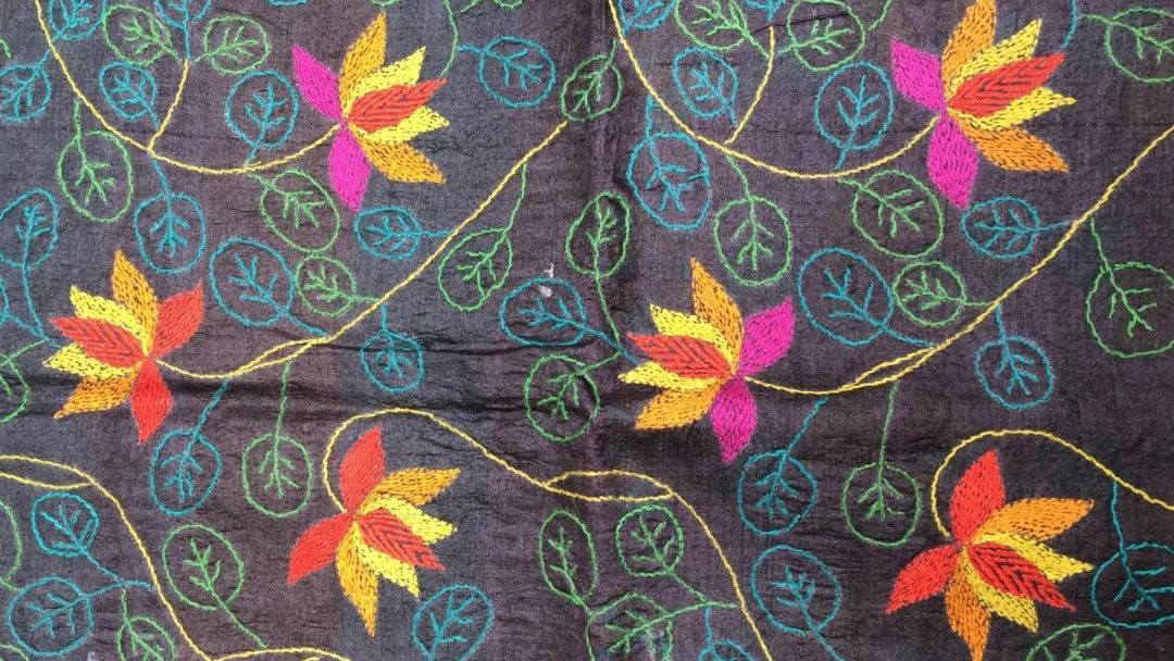 Motifs floraux sur soie noire